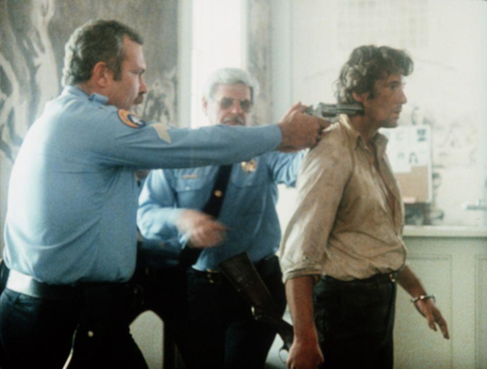 Bei der örtlichen Polizei ist man von Eddies (Richard Gere, r.) eigenmächtigem Handeln nicht gerade begeistert ... - Bildquelle: TriStar Pictures