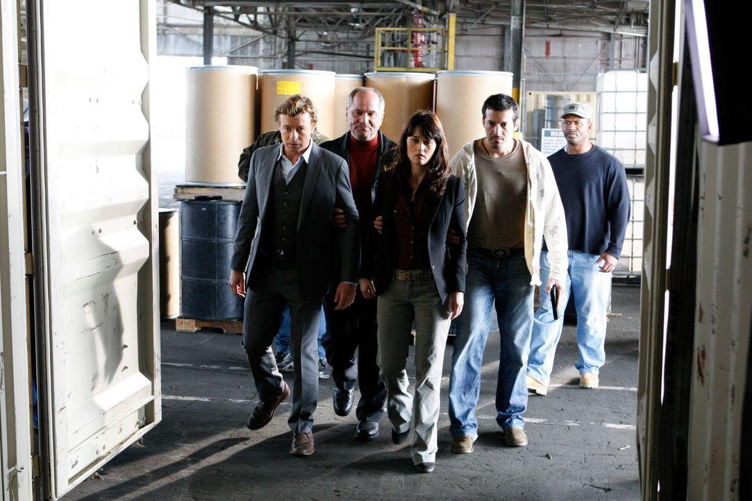 Drogenschmuggler Hank (John Kapelos, 2.v.l.) und seine Männer haben Teresa (Robin Tunney, 2.v.l.) und Patrick (Simon Baker, M.) bei ihrem Ermittlung... - Bildquelle: Warner Bros. Television