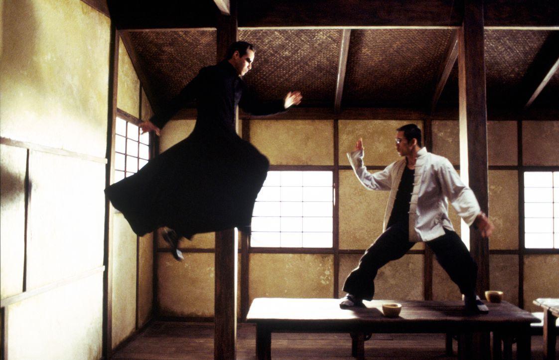 Neo (Keanu Reeves, l.) wird von schrecklichen Visionen heimgesucht und Versagensängsten geplagt. Doch als Zion bedroht wird, nimmt der Erwählte den... - Bildquelle: Warner Bros.