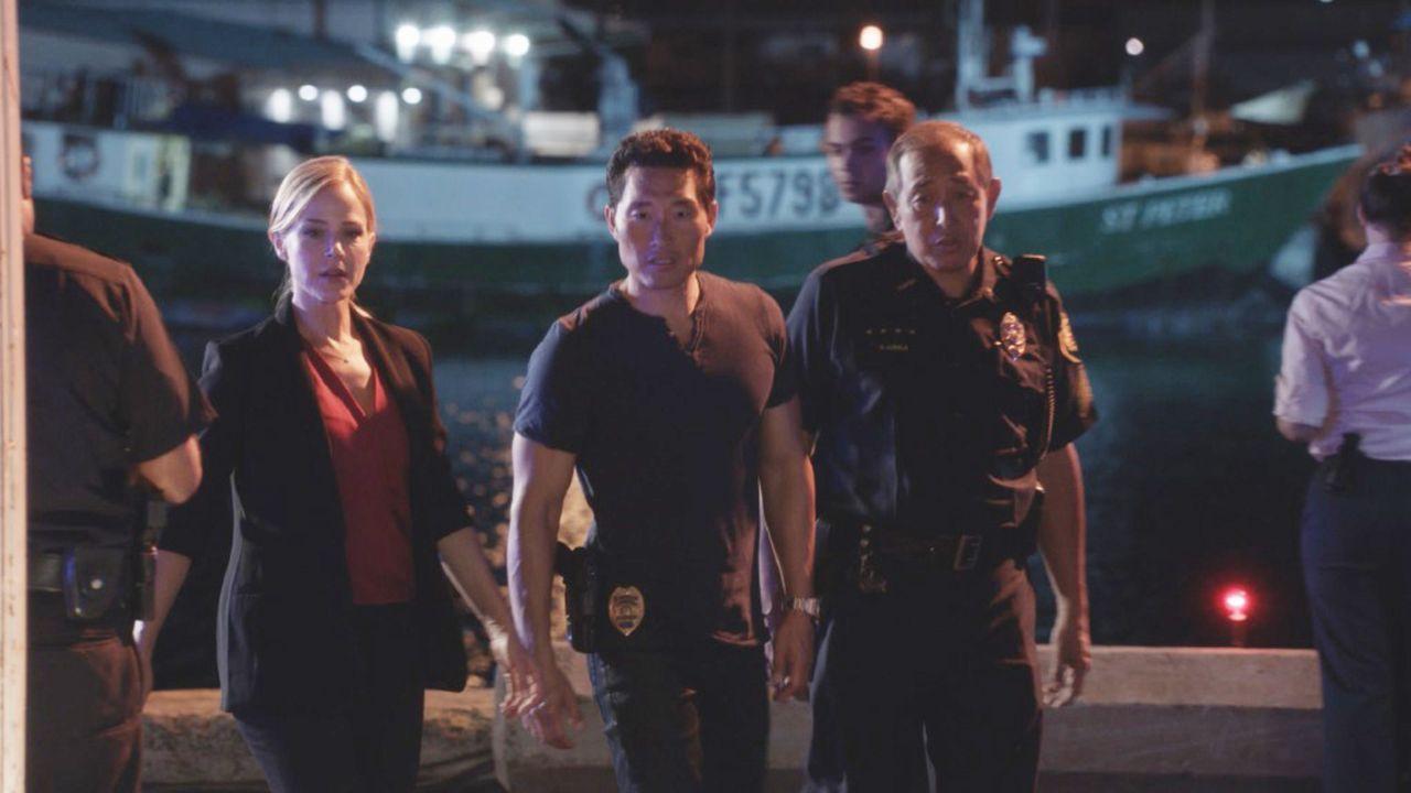 Inspector Abby Dunn (Julie Benz, l.) soll mit Chin (Daniel Dae Kim, M.) einen fünffachen Mord an chinesischen Waffenhändlern aufklären. Währenddesse... - Bildquelle: 2015 CBS Broadcasting, Inc. All Rights Reserved