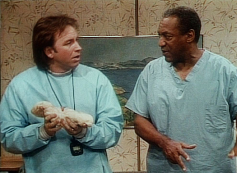 Cliff (Bill Cosby, r.) ist verblüfft, als er sieht, wie Ray (John Ritter, l.) sich entspannt, während seine Frau in den Wehen liegt: Er knetet Bro... - Bildquelle: Viacom