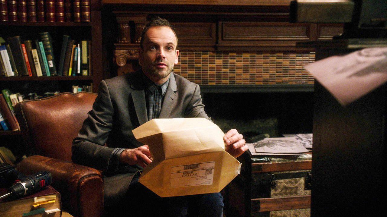 Obwohl Sherlock Holmes (Jonny Lee Miller) mitten in einem neuen Fall steckt, bürdet er sich weitere Lasten auf, indem er einen alkoholkranken Mann s... - Bildquelle: CBS Television