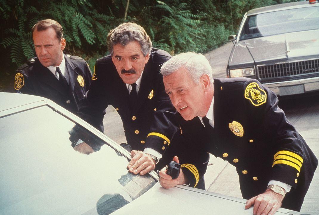 Auf Verbrecherjagd: Vince Hardy (John Mahoney, r.), Nick Detillo (Dennis Farina, M.) und Tom Hardy (Bruce Willis, l.) ... - Bildquelle: Columbia Pictures