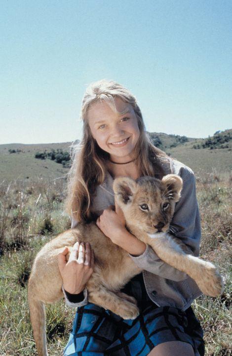 Damit das Löwenjunge in der Wildnis überleben kann, müssen Rand und Val (Ariana Richards) der kleinen Löwin noch so einiges beibringen. Ihre Zei... - Bildquelle: 1996 Franklin/Waterman 2. All Rights Reserved.