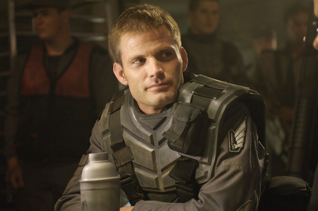 Colonel Johnny Rico (Casper Van Dien) muss mit seinem Team in geheimer Mission eine kleine Crew von Troopers vom einsamen Planeten OM-1 zu retten. I... - Bildquelle: 2008 Star Troopers (Pty) Limited and ApolloMovie Beteiligungs GmbH. All Rights Reserved.