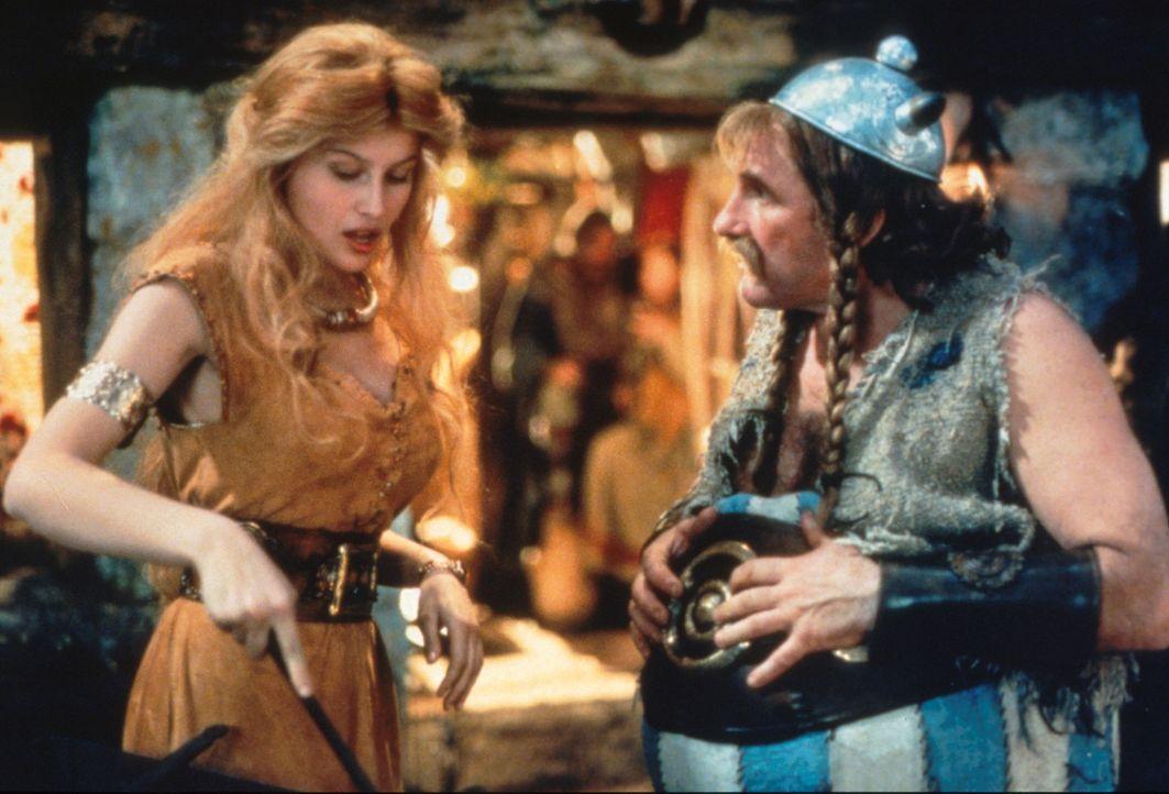 Asterix und Obelix (Gerald Depardieu, l.) sollen den Druiden Miraculix befreien, doch durch die unglückliche Liebe zu der hübschen Falbala (Laetit... - Bildquelle: Constantin Film
