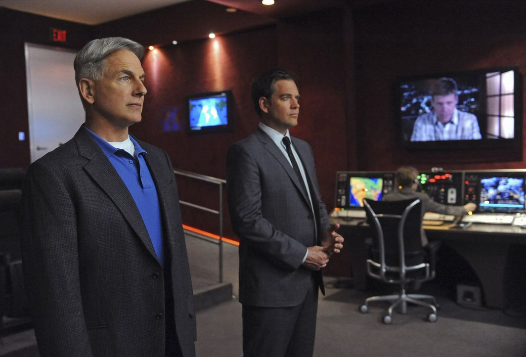 Gibbs (Mark Harmon, l.), DiNozzo (Michael Weatherly, r.) und das restliche Team ermitteln in einem neuen Fall ... - Bildquelle: 2012 CBS Broadcasting Inc. All Rights Reserved.