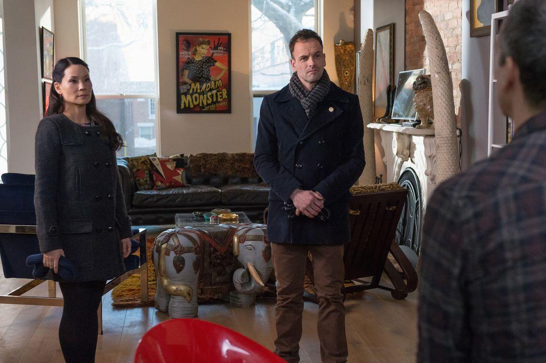 Bei den Ermittlungen in einem neuen Fall: Holmes (Jonny Lee Miller, r.) und Watson (Lucy Liu, l.) ... - Bildquelle: CBS Television