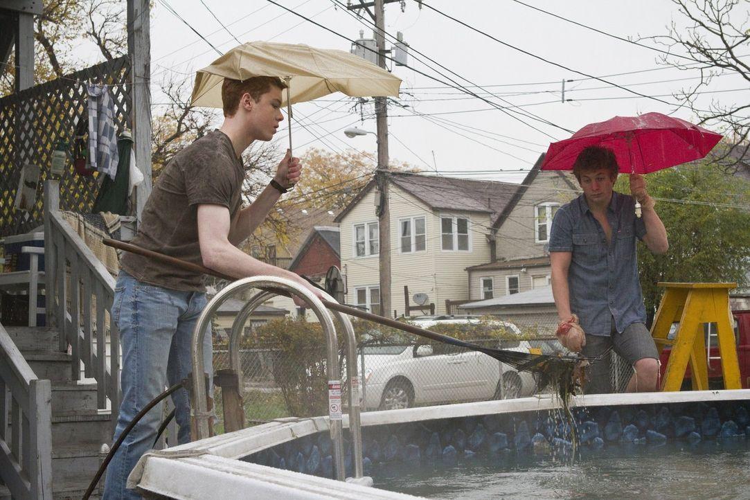 Die Zusammenarbeit mit seinem Bruder Lip (Jeremy Allen White, r.) fällt Ian (Cameron Monaghan, l.) schwer ... - Bildquelle: 2010 Warner Brothers