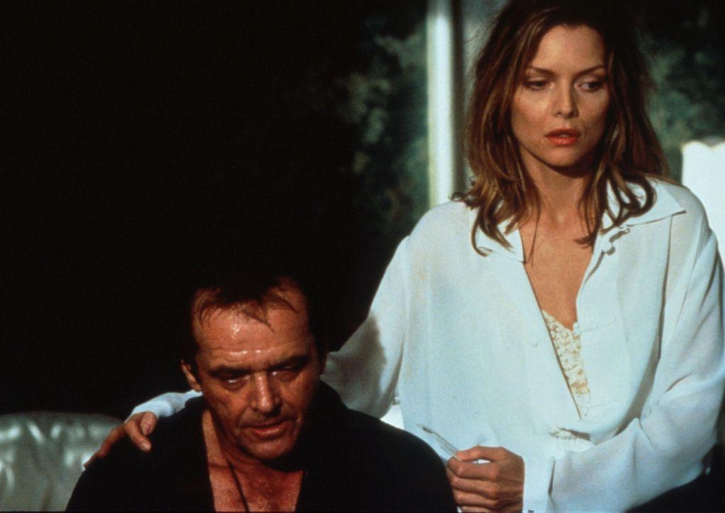 Die schöne Verlegerstochter Laura (Michelle Pfeiffer, r.) steht ihrem Will (Jack Nicholson, l.) bei sogar bei Vollmond ... - Bildquelle: Columbia TriStar