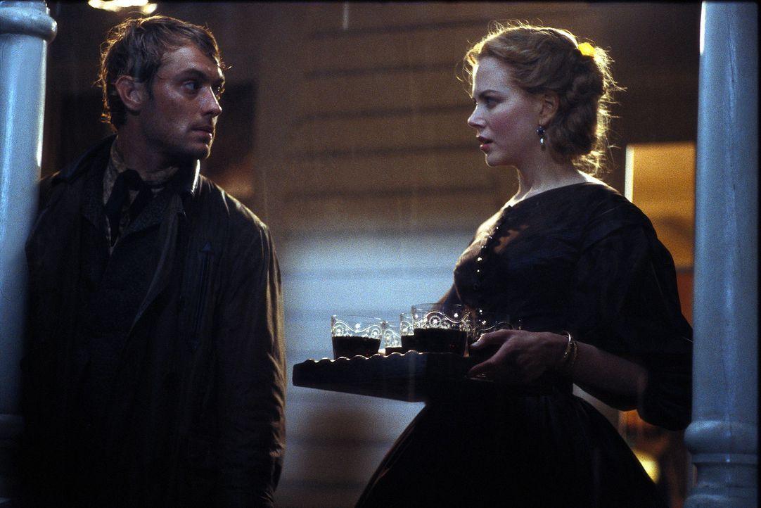Als die wohlbehütete, gebildete Pfarrerstochter Ada (Nicole Kidman, l.) den liebenswerten Inman (Jude Law, r.) kennen lernt, verliert sie sogleich i... - Bildquelle: Phil Bray MIRAMAX Films/Dimension Films. All Rights Reserved.