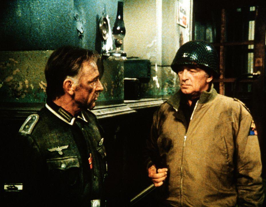 Feldwebel Steiner (Richard Burton, l.) nimmt mit dem US-Major Rogers (Robert Mitchum, r.) Kontakt auf, um einen Waffenstillstand zu vereinbaren ... - Bildquelle: Worldvision Enterprises Inc.