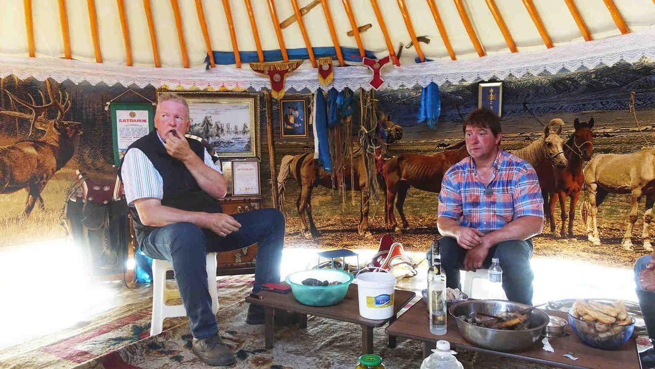 Tamme Hanken und sein bester Freund, der Schweinebauer Peter, reisen in eines der aufregendsten Länder der Welt: in die sagenumwobene Mongolei ... - Bildquelle: kabel eins