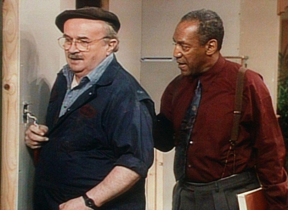 Cliff (Bill Cosby, r.) versucht, den Handwerker Dave (Jerome Dempsey, l.) zum schnelleren Arbeiten anzuspornen. - Bildquelle: Viacom