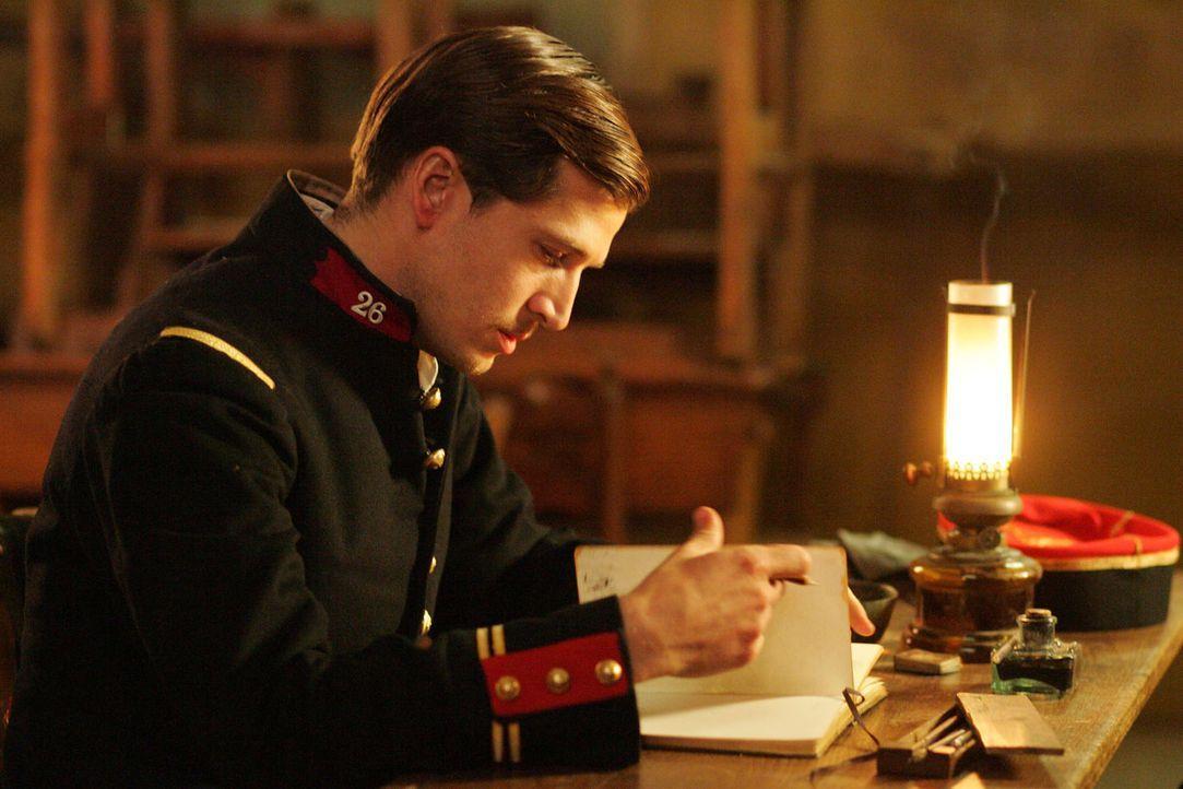Der französische Befehlshaber Audebert (Guillaume Canet) schreibt seine Erfahrungen und Gedanken in ein Tagebuch ... - Bildquelle: Lolafilms S.A.