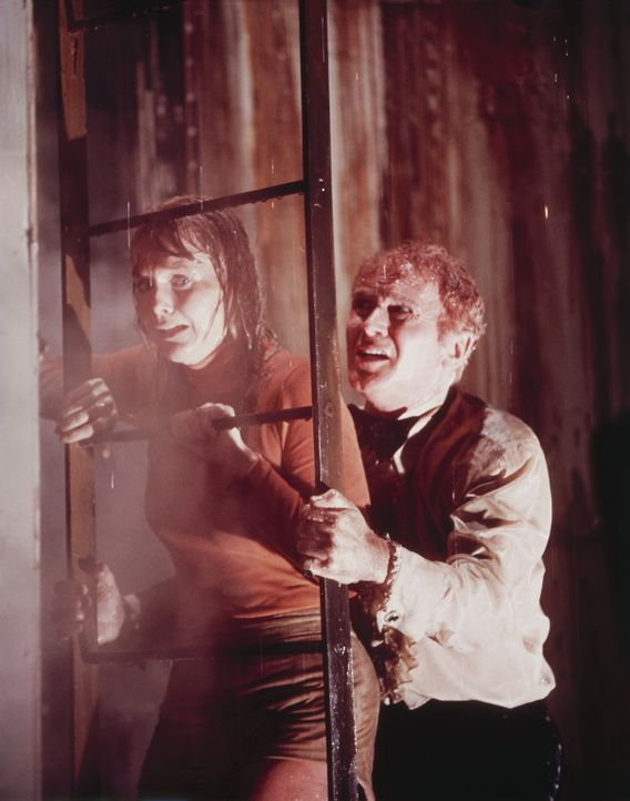 Der Geschäftsmann James Martin (Red Buttons, r.) nimmt die verängstigte Schlagersängerin Nonnie (Carol Lynley, l.), die den Lebensmut verloren ha... - Bildquelle: Twentieth Century Fox