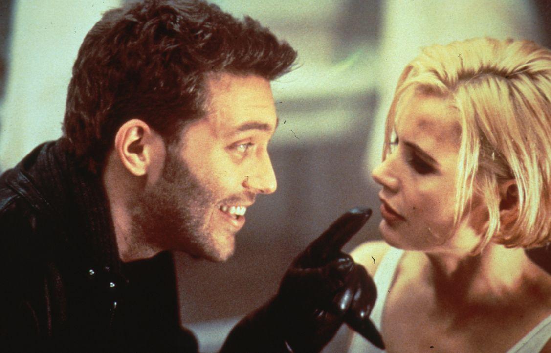 Hartnäckig und einfallsreich versucht Timothy (Craig Bierko, l.), Samantha (Geena Davis, r.) aus dem Weg zu räumen ... - Bildquelle: New Line Cinema