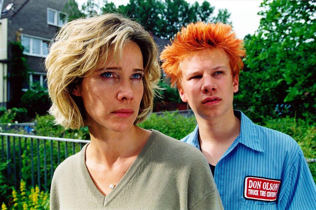 Jan (Robert Stadlober, r.) und seine Stiefmutter Sonja Kessler (Ann-Kathrin Kramer, l.) haben gerade einen widerlichen Reporter, der sich für Reinh... - Bildquelle: Diane Krüger Sat.1