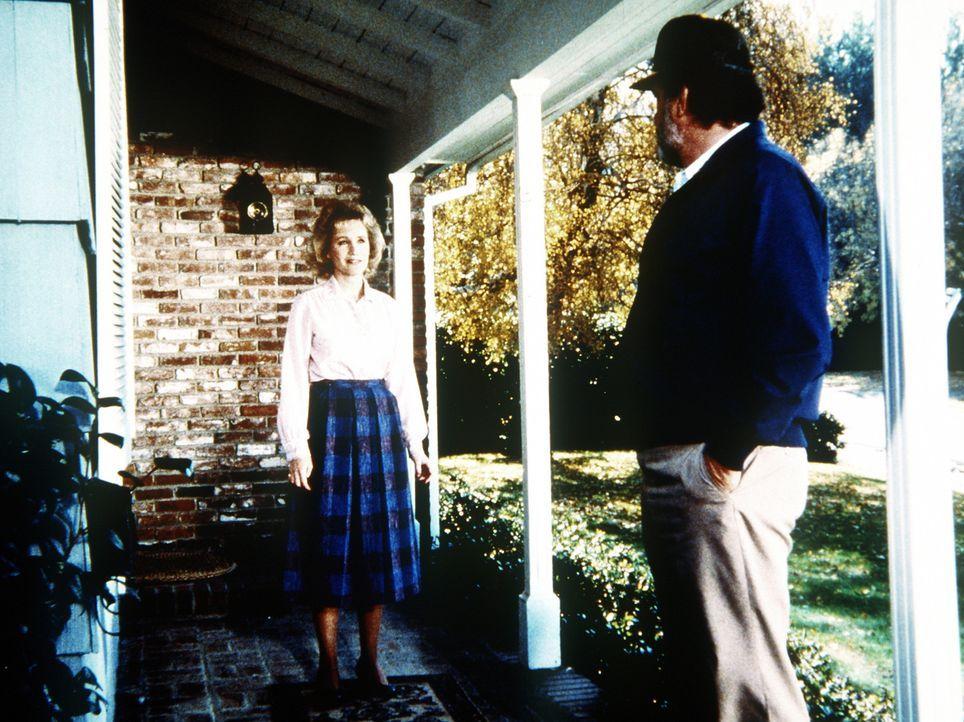 Mark (Victor French, r.) besucht Mandy (Joan Welles, l.), die Tochter von Jonathan und Jane, um sie zu einem Besuch bei der Mutter zu überreden. - Bildquelle: Worldvision Enterprises, Inc.