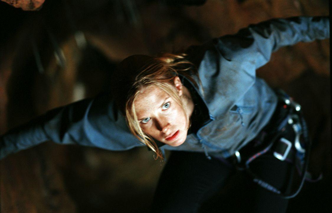 Sarah (Shauna MacDonald) wollte eigentlich nur mit ein paar Freunden eine Höhle erkunden. Doch plötzlich findet sie sich im Wettlauf um Leben und To... - Bildquelle: Square One Entertainment
