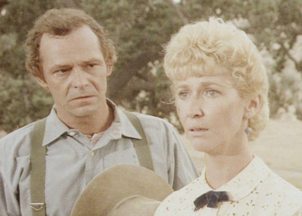 Adam Simms (Joshua Bryant, l.) bittet die Lehrerin seines Sohnes, Miss Beadle (Charlotte Stewart, r.), seine Frau zu werden. - Bildquelle: Worldvision