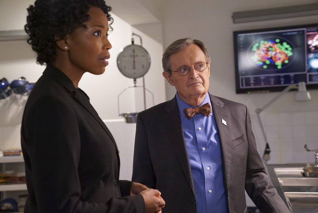Beginnend mit einer neuen Autopsie durch Ducky (David McCallum, r.), nimmt das NCIS-Team die Ermittlungen zu einem zehn Jahre alten Mordfall wieder... - Bildquelle: Bill Inoshita 2017 CBS Broadcasting, Inc. All Rights Reserved. / Bill Inoshita