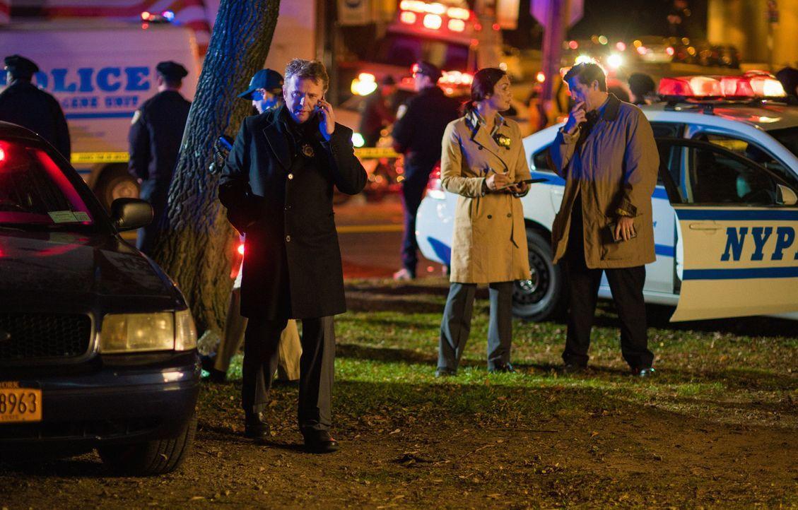 Ein Kollege von Gregson (Aidan Quinn, l.) aus der Drogenabteilung bittet Sherlock darum, einen perfekten Raubüberfall auf das Lager einer Bikergang... - Bildquelle: Michael Parmelee 2015 CBS Broadcasting Inc. All Rights Reserved.