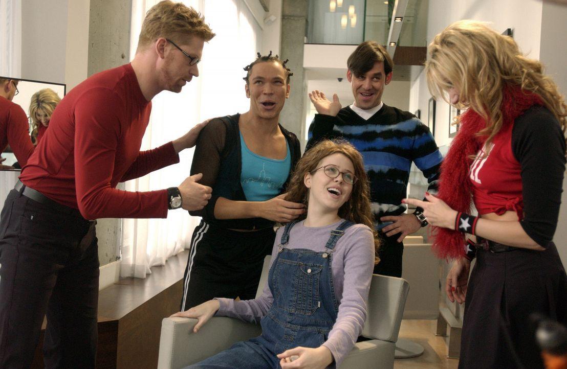 Nehmen die Verwandlung des hässlichen Entleins Celeste (Majandra Delfino, sitzend) in einen Schwan vor: (v.l.n.r.) Bruce (Geoffrey Pounsett ), der... - Bildquelle: Touchstone Television