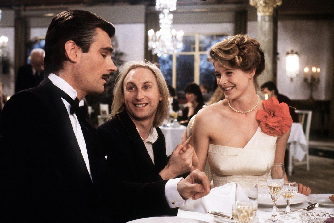 Natürlich verliebt sich Otto (Otto Waalkes, M.) sofort in die hübsche Silvia (Jessika Cardinahl, r.). Doch zu allem Unglück ist sie bereits mit d... - Bildquelle: Tobis Filmkunst