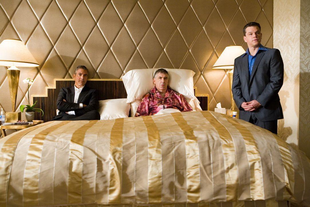 Reuben Tishkoff (Elliot Gould, M.), einer von Danny Oceans (George Clooney, l.) ursprünglichen Elf, wird von Kasinobesitzer Banks übel über den T... - Bildquelle: TM &   Warner Bros. All Rights Reserved