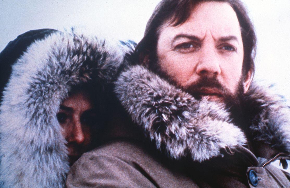 Frank (Donald Sutherland, r.) geht mit Hilfe der norwegischen Ärztin Hedi (Vanessa Redgrave, l.) den seltsamen Morden innerhalb des Forscherteams a... - Bildquelle: Columbia Pictures