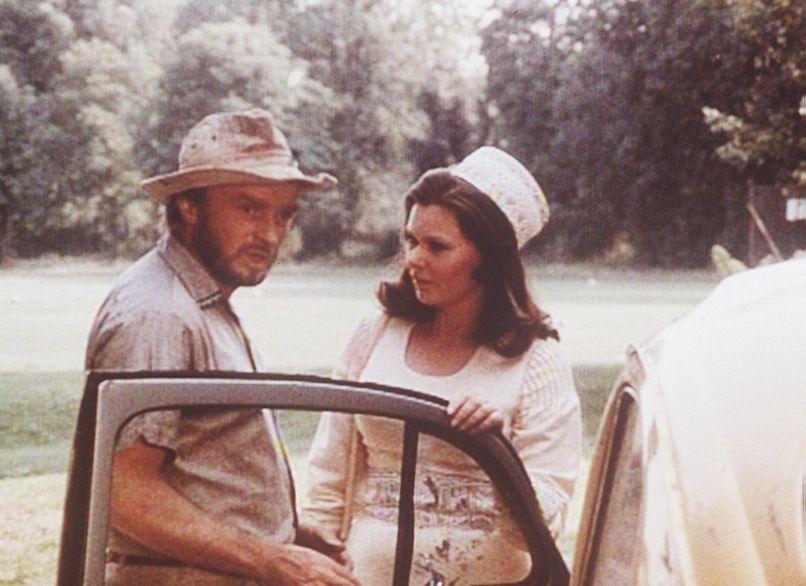Ben (Richard Lynn, l.) verspricht Daktari Jo (Kathrin Orginski, r.) das Preisgeld der Afrika-Rallye - doch die ist ziemlich skeptisch, als sie das m... - Bildquelle: Beta Film GmbH