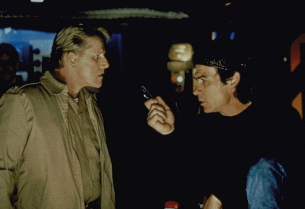 Mit einem cleveren Trick und der heimlichen Mithilfe des Ersten Offiziers, Commander Krill (Gary Busey, l.), wird die USS Missouri auf hoher See von... - Bildquelle: Warner Bros.