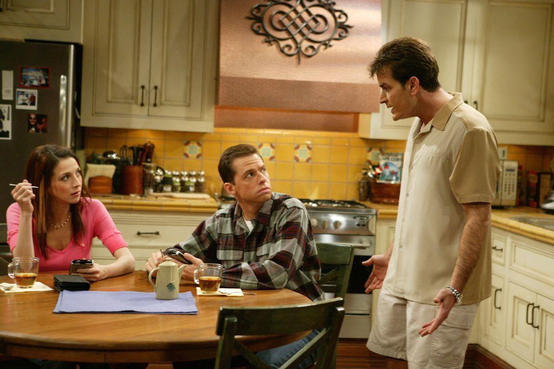Als Judith (Marin Hinkle, l.) davon Wind bekommt, was ihre Schwester plant, versucht sie, Liz' Plan mit allen Mitteln zu durchkreuzen. Werden Charli... - Bildquelle: Warner Bros. Television