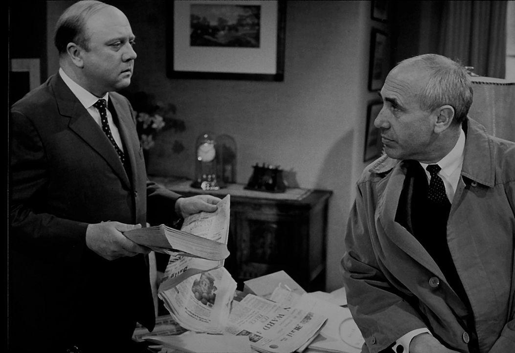 Inspektor Puddler (Charles Regnier, l.) von Scotland Yard erhält von Fabian Gilder (Werner Peters, r.) einige interessante Hinweise ... - Bildquelle: Constantin Film