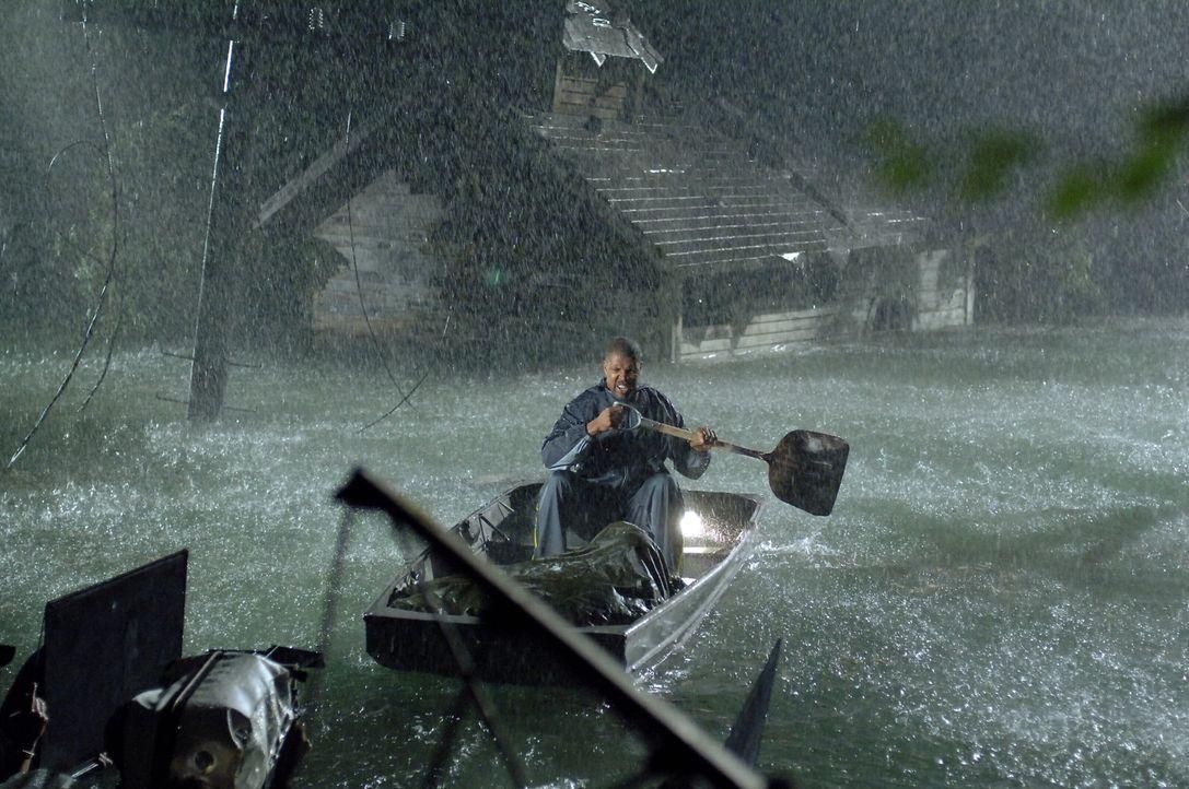 Rückblende: Aaron (Eriq La Salle) versucht seine Familie zu retten ... - Bildquelle: Warner Bros. Entertainment Inc.