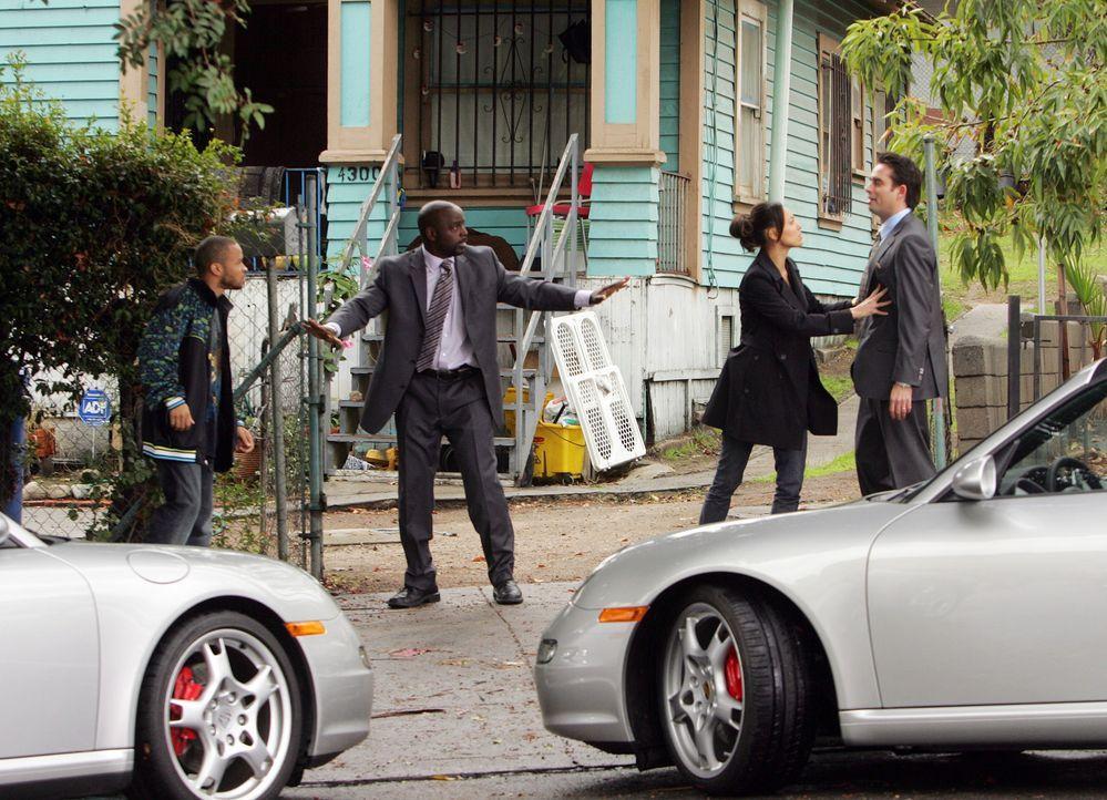 Bei Randall Nespola (Bruno Campos, r.) wurde eingebrochen und ein Sammlerstück Paar Turnschuhe geklaut. Liz Warner (Aya Sumika, 2.v.r.) und David S... - Bildquelle: Paramount Network Television