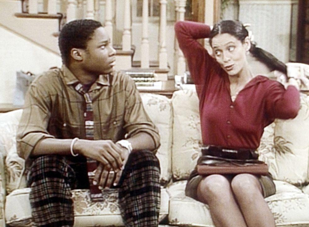 Theo (Malcolm-Jamal Warner, l.) ist sehr beunruhigt, als seine Mathelehrerin Mrs. Westlake (Sonia Braga, r.) bei seinen Eltern auftaucht. - Bildquelle: Viacom