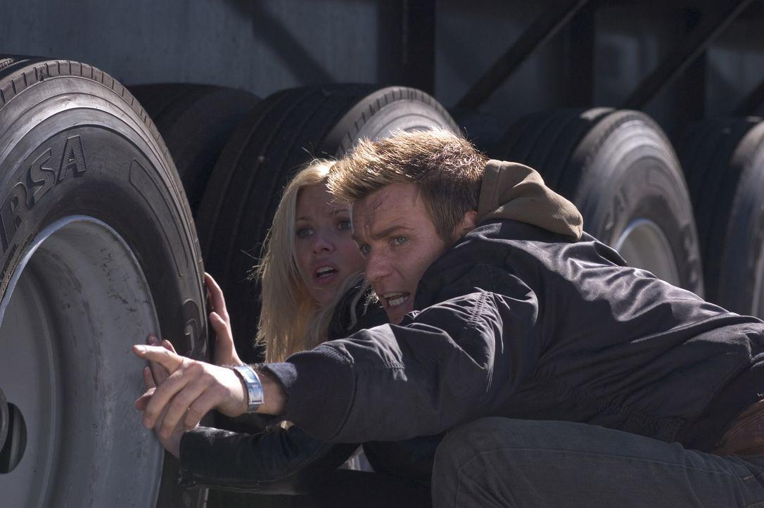 Geflohen aus ihrer Wohnsiedlung, die eigentlich ein Klonlager ist, haben Lincoln (Ewan McGregor, r.) und Jordan (Scarlett Johansson, l.) nur ein Zie... - Bildquelle: Warner Bros. Television