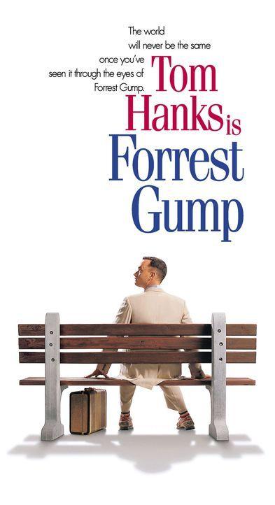 Forrest Gump (Tom Hanks) sitzt auf einer Bank an der Bushaltestelle in Savannah und erzählt einer Reihe von dort wartenden Personen nacheinander in... - Bildquelle: Paramount Pictures