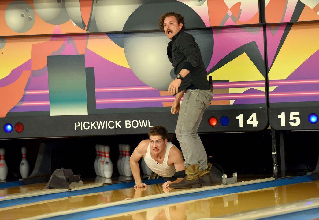 Riggs' (Clayne Crawford, r.) Verfolgungsjagd endet in einer Bowlingbahn, in der der Verdächtige Tyler (James Morosini, l.) beinahe von der Bowling-P... - Bildquelle: Warner Brothers