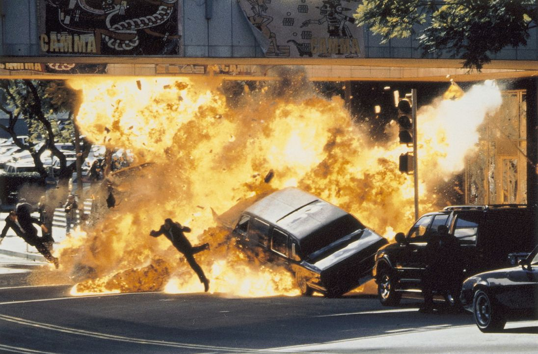 Als kolumbianische Freiheitskämpfer ihre Botschaft in Los Angeles in die Luft jagen, kommen die Angehörigen des Feuerwehrmannes Gordon Brewer ums... - Bildquelle: Warner Bros.