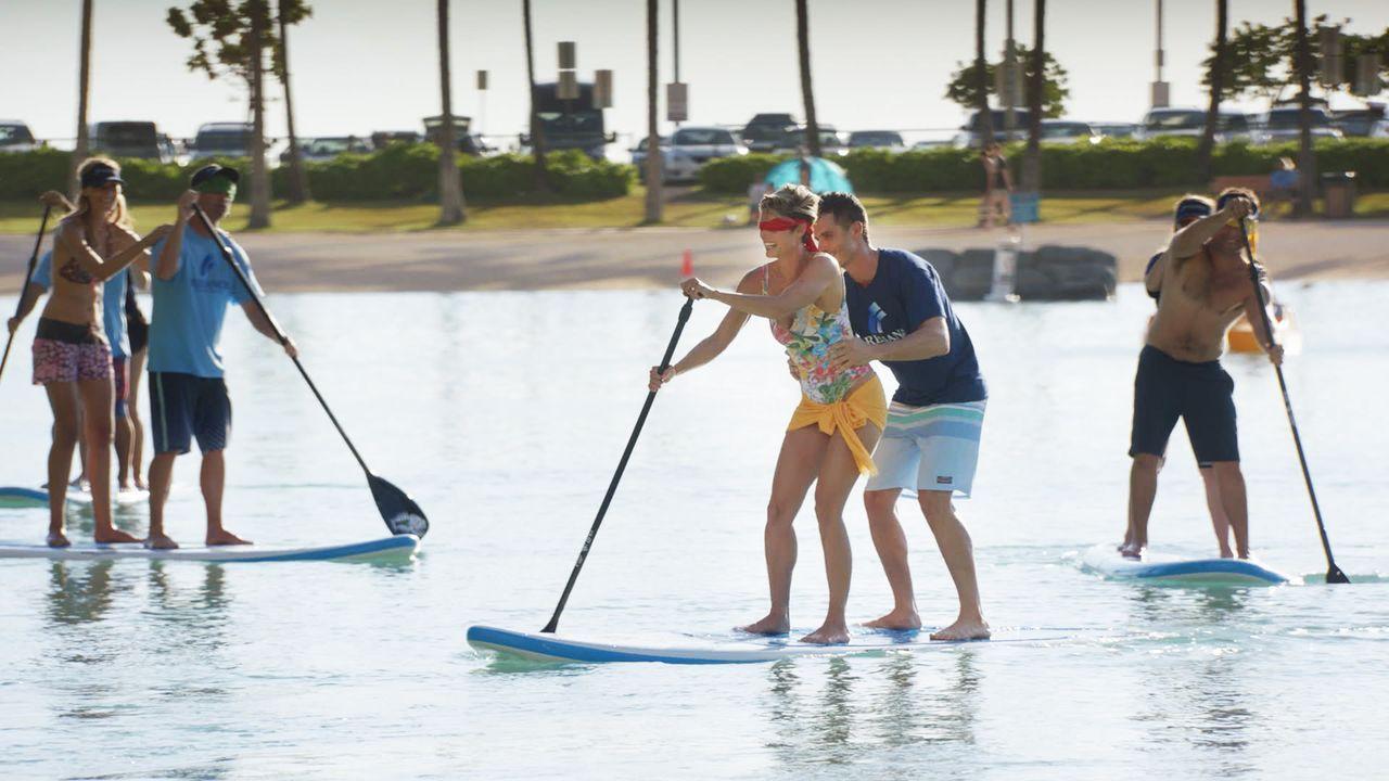 Dannys Schwester Bridget (Missy Peregrym, M.l.) ist auf Hawaii, zusammen mit ihrem Arbeitskollegen Spencer (Daniel Bess, M.r.). Die beiden scheinen... - Bildquelle: Norman Shapiro 2016 CBS Broadcasting, Inc. All Rights Reserved / Norman Shapiro