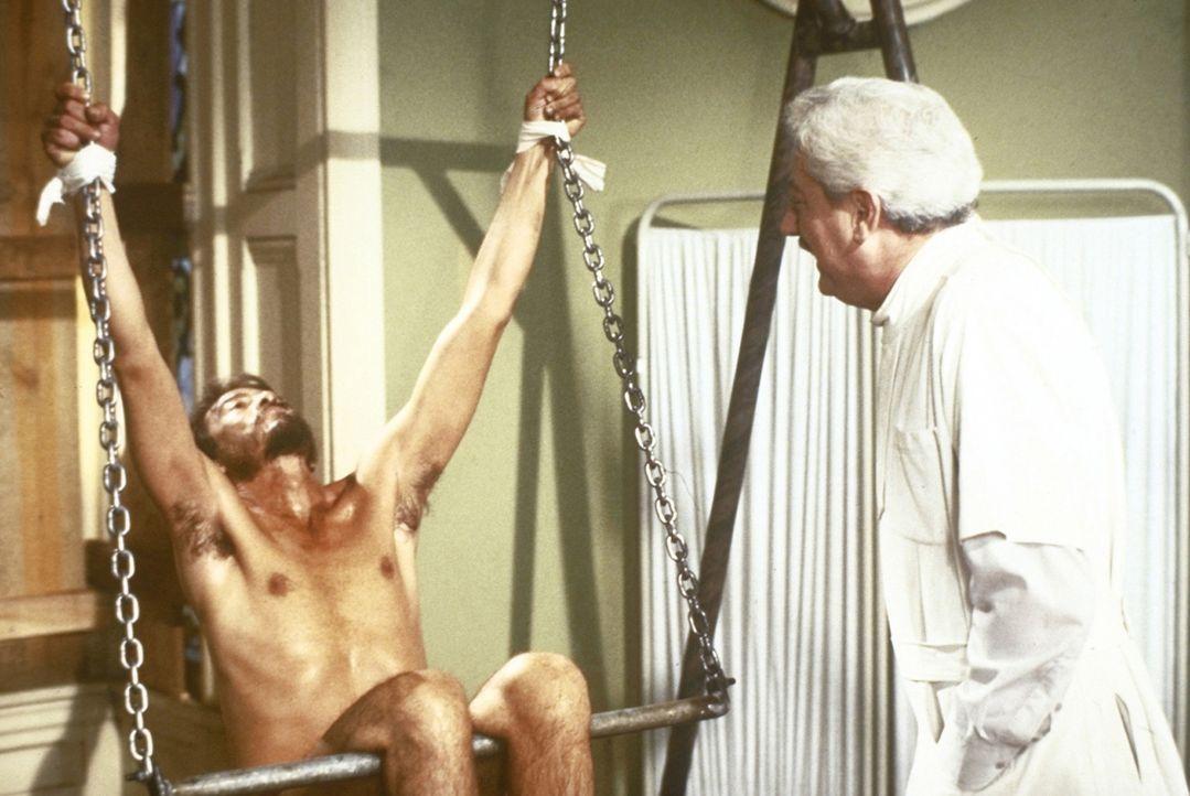 Max Ortiz (René Enriquez, l.) gerät in die Gewalt des sadistischen Dr. Clement Moloch (Joseph Maher, r.) und wird brutal gefoltert ... - Bildquelle: TriStar Pictures