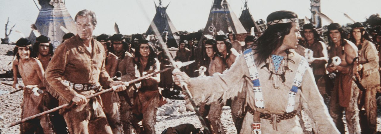 Winnetou (Pierre Brice, r.) und sein Freund Old Shatterhand (Lex Barker, l.) versuchen, die Auseinandersetzungen zwischen Siedlern und Indianern zu... - Bildquelle: Columbia Pictures