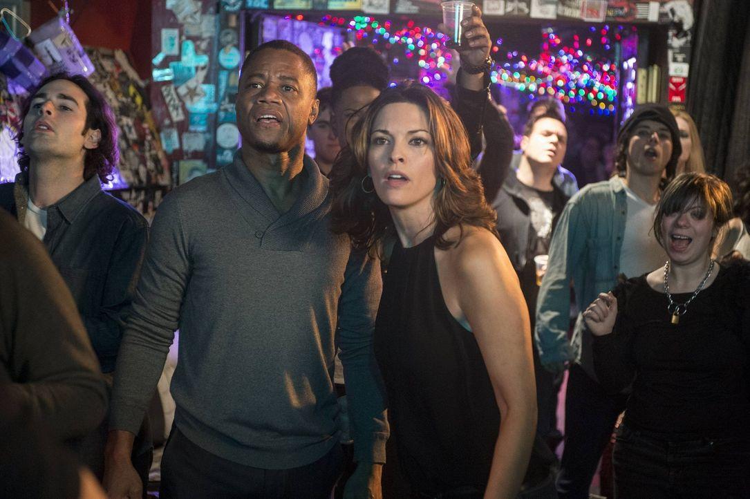 Eigentlich wollten Isaac (Cuba Gooding Jr., l.) und Jo (Alana De La Garza, r.) auf dem Konzert ihren Spaß haben. Doch eine Leiche ruiniert ihnen den... - Bildquelle: Warner Bros. Television