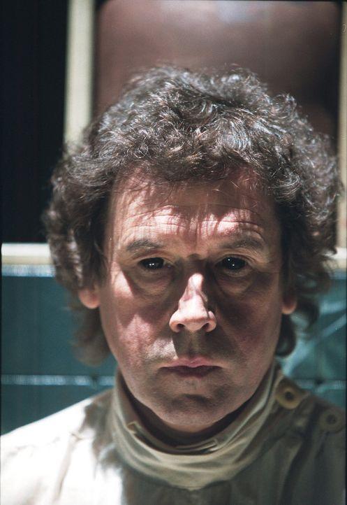 Steckt Alistair Pratt (Stephen Rea) hinter den grausamen Todesfällen? - Bildquelle: 2003 Sony Pictures Television International. All Rights Reserved.