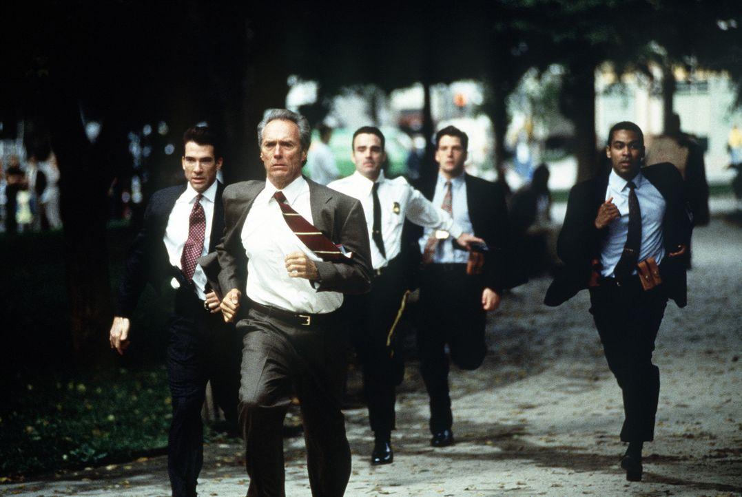 Die Jagd geht los: Frank (Clint Eastwood, vorne), sein Partner Al (Dylan McDermott, l.) und weitere Kollegen rennen gegen die Zeit und für das Lebe... - Bildquelle: Columbia Pictures