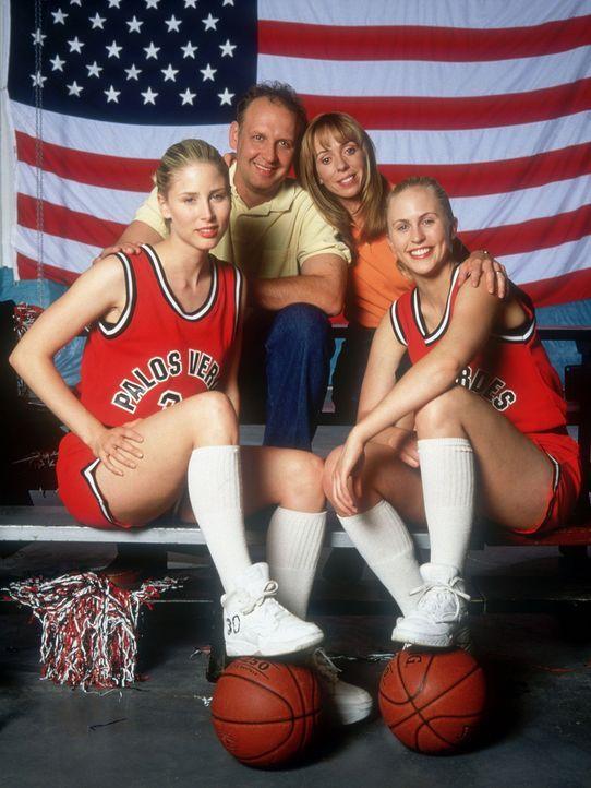 Eine sportliche Familie: Larry (Nick Searcy, 2.v.l.), seine Frau Mary (Mackenzie Phillips, 2.v.r.) und die Zwillinge Heather (Poppi Monroe, l.) und... - Bildquelle: Walt Disney Television