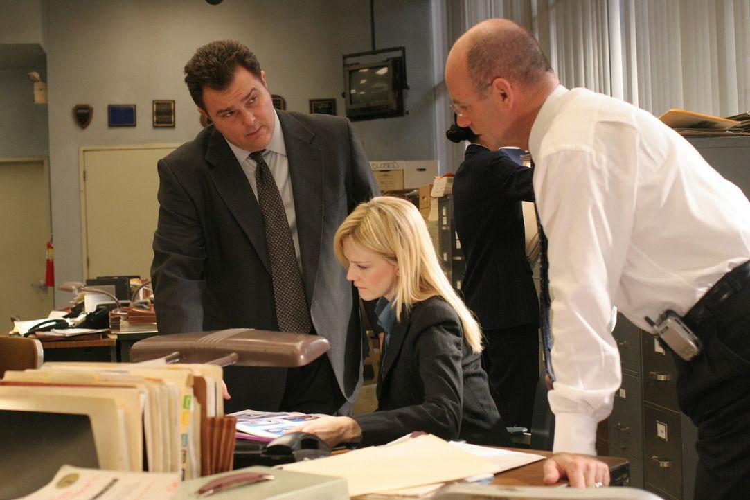 Was passierte wirklich vor zehn Jahren, als Trevor Danson vom Dach stürzte? Nick Vera Jeremy Ratchford, l.), Lilly Rush (Kathryn Morris, M.) und Joh... - Bildquelle: Warner Bros. Television